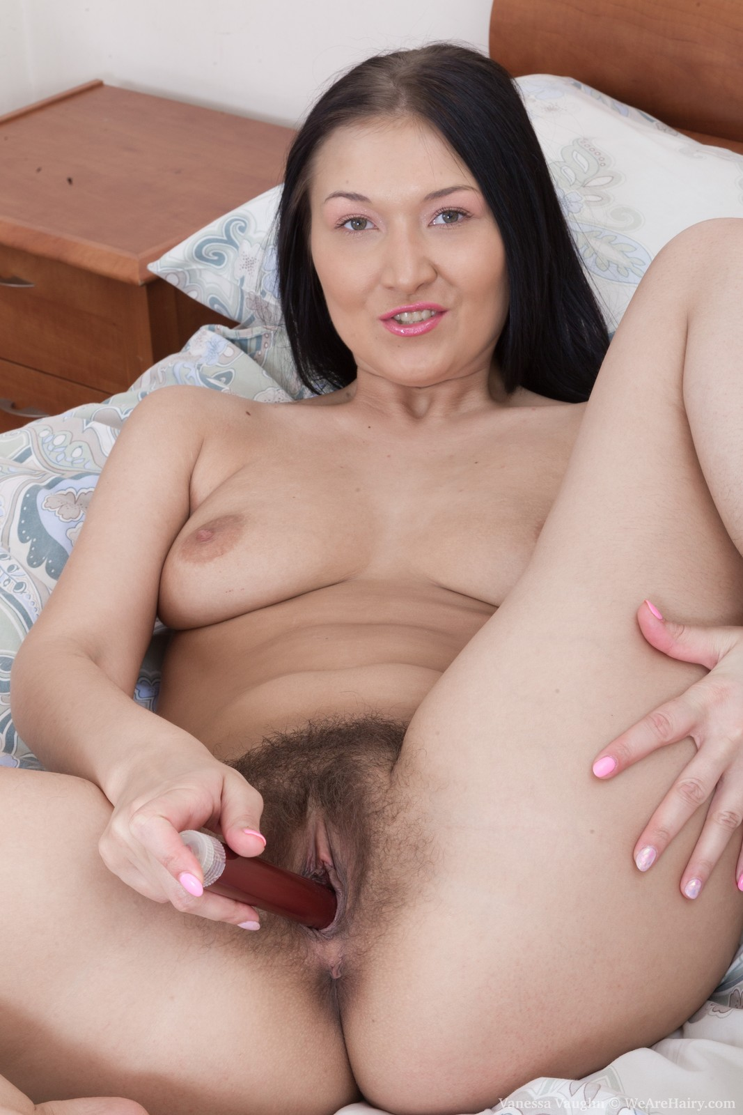 vanessa-vaughn-masturbates-in-bed-with-a-red-toy11.jpg