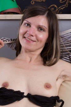 wpid-aga-strips-naked-on-her-white-armchair-to-play3.jpg