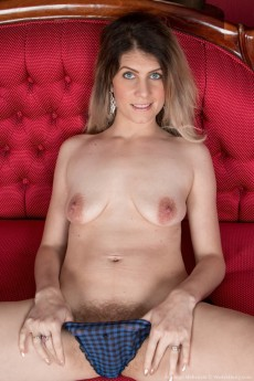 wpid-ashleigh-mckenzie-strips-naked-on-her-red-sofa5.jpg