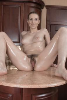 wpid-donatella-strips-and-oils-up-her-hairy-body15.jpg