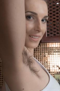 wpid-donatella-strips-and-oils-up-her-hairy-body3.jpg