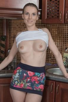wpid-donatella-strips-and-oils-up-her-hairy-body5.jpg