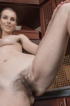 wpid-donatella-strips-and-oils-up-her-hairy-body9.jpg