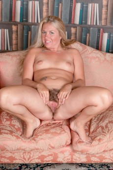wpid-elle-macqueen-strips-naked-in-her-private-study11.jpg