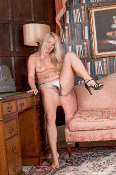 wpid-elle-macqueen-strips-naked-in-her-private-study9.jpg