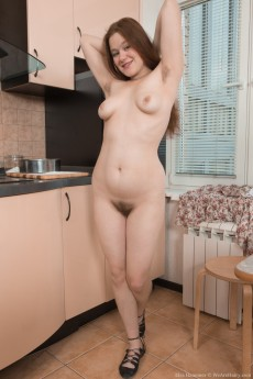 wpid-elsa-hanemer-strips-naked-in-kitchen-after-tea10.jpg