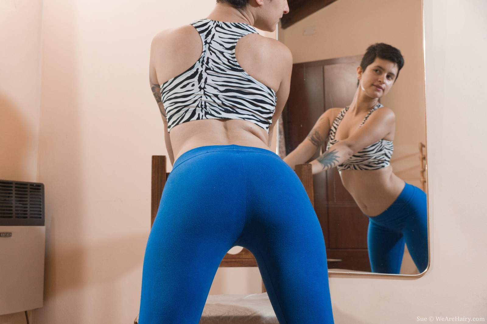 wpid-sue-poses-naked-and-strips-in-front-of-a-mirror2.jpg