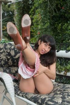 wpid-vivi-marie-strips-off-bikini-on-lounge-chair8.jpg