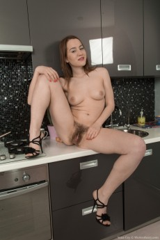 wpid-yana-cey-strips-and-cooks-naked-while-showing-body7.jpg