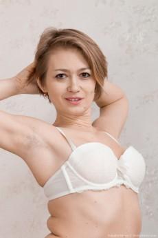 wpid-yulenka-moore-strips-off-denim-and-lingerie3.jpg